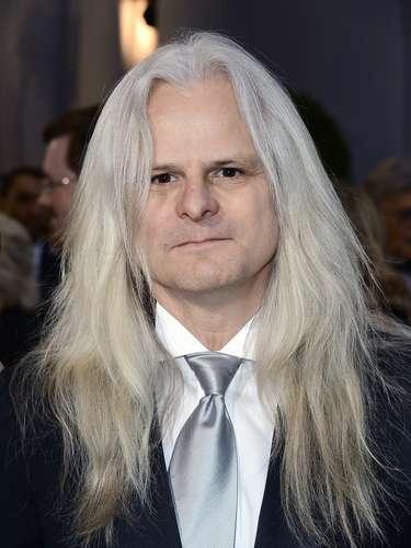 El cineasta Claudio Miranda llama la atención por su larga cabellera blanca.