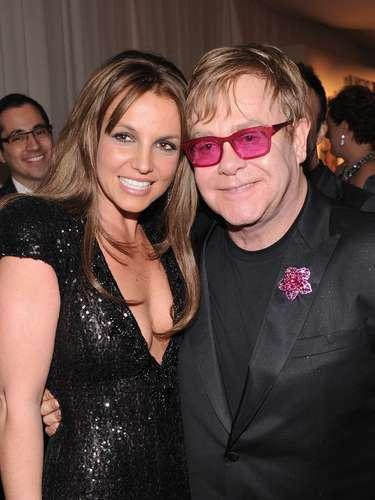 La cantante Britney Spears debutó cabello castaño oscuro en la fiesta y se vio muy contenta de estar al lado de Elton John.