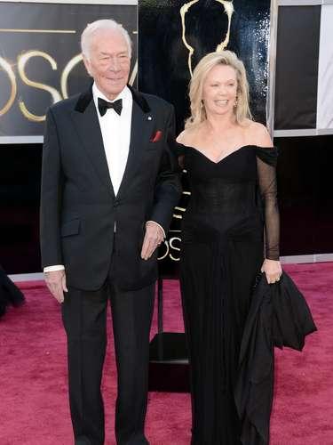 El actorChristopher Plummerllega de la mano de su esposaElaine Taylor.