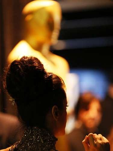 Salma Hayek espera junto al emblema del máximo galardón de la noche, antes de salir a escena.