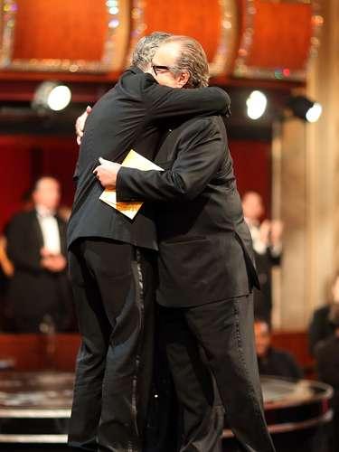 Así se vio desde fuera del escenario el abrazo de George Clooney a Jack Nicholson tras ser anunciado como ganador por Argo.