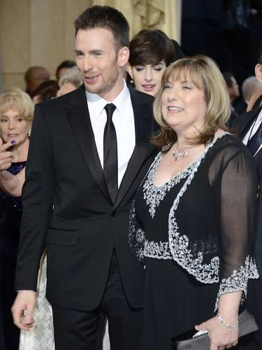 Chris Evans y su madre Lisa Evans.