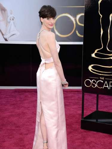 Anne Hathaway, lució el vestido más transparente de los Oscar