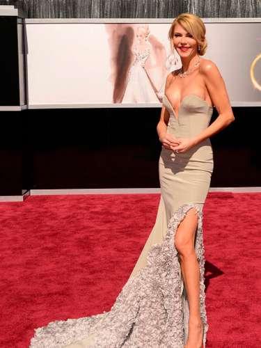 La impresionante Brandy Glanville desbordó sensualidad en la entrada de la gala con su sensual vestido de estilo sirena.