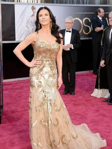 Catherine Zeta-Jones, en dorado elegante y muy sexy deslumbró a todos en el escenario con su interpretación en \