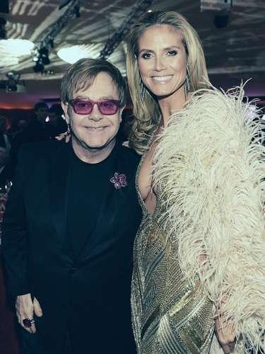 Heidi Klum y su gran amigo Elton John comparten un abrazo en la fiesta.