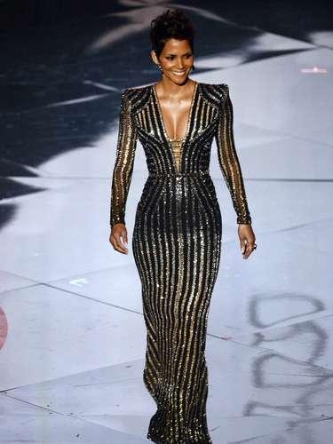 La bellísima Halle Berry fue la encargada de hacer la introducción al homenaje musical que la Academia le hizo a los 50 años de James Bond. La música es sinónimo de James Bond, así como el martini, los autos exóticos y Pussy Galore, sentenció la actriz.