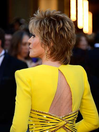 Jane Fonda, en un espectacular vestido amarillo, color bastante arriesgado para la alfombra roja pero el preferido de Versace