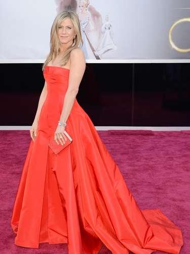 Mejor Vestidas. Una de las sorpresas de la noche fue Jennifer Aniston, quien se arriesgó luciendo un amplio y elegantísimo traje Valentino en color rojo, un diseño que le marca bien la silueta: limpio, sencillo y elegante