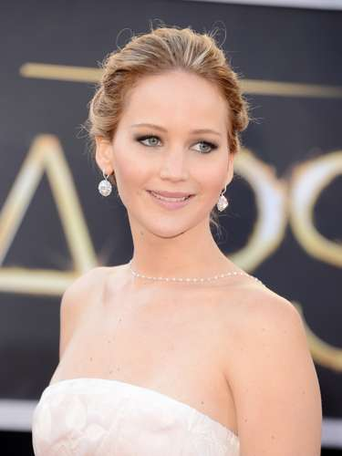 Jennifer Lawrence no se quedó atrás y también figuró como una de las estrellas más brillantes de la noche californiana. Ganó como Mejor Actriz y sus nervios no la dejaron dar un discurso imborrable, pero fue ella quien presentó a la voz de la gala. 'Denle la bienvenida a la imparable Adele', dijo con un tono casi reverencial.