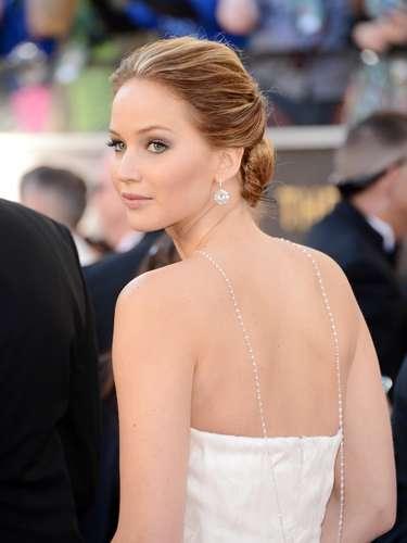 Jennifer Lawrence, La estrella de 22 años optó por un atuendo espectacular pero menos traidor que su traje de Dior que la dejó en el piso antes de recibir su galardón.