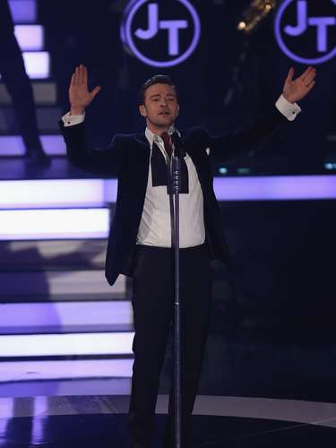 Justin Timberlake brings his high rolling performance of 'Mirrors' to German TV last night (February 24).