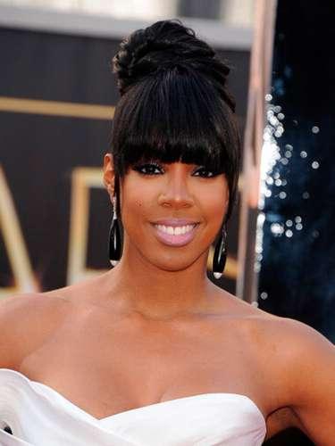 La cantante Kelly Rowland de 32 años se vio hermosísima en su vestido que en la mitad superior era blanco satén de seda duquesa con un acabado de plástico futurista en la espalda que le da un toque moderno