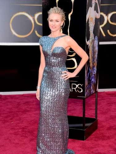 Naomi Watts, con un vestido de tonos metalizados y un complicado escote asimétrico se vio absolutamente fabulosa guapa y elegante