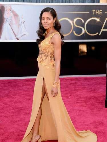 Naomie Harris, La estrella Skyfall, se robó todas las miradas con la abertura sexy de su vestido