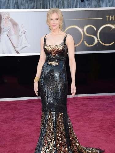 Peor Vestidas. Sobre un traje dorado y negro de L'Wren Scott, Nicole Kidman decepcionó, pues aunque le hace lucir una figura espectacular sobre ese corte sirena, tiene demasiado brillo, que al combinarlo con las figuras de la parte inferior, la la hacen lucir recargada