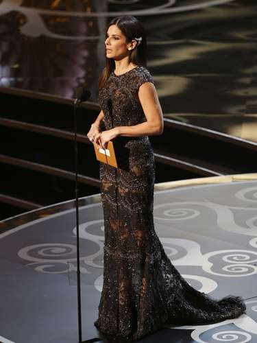 La actriz Sandra Bullock, totalmente espectacular presentó el premio 'Achievement in Film Editing'.