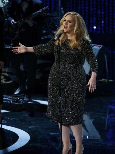 La estrella con mucho talento le puso el toque musical a la velada.