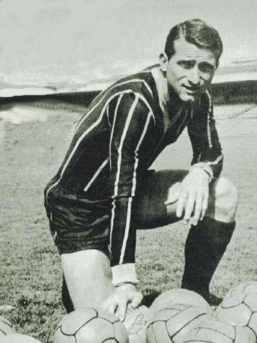 El delantero argentino Alberto Etcheverry fue el primer campeón de goleo de Pumas, en la temporada 1963-64, único torneo que jugó con los universitarios.