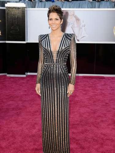 Negro sutilmente combinado. Nuevamente Halle Berry con este traje dio mucho de qué hablar, no solo por su esbelta y perfecta figura, sino porque este estilo egipcio de rayas verticales, en el color de la noche, combinado con un brillo sutil, la hicieron deslumbrar.
