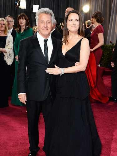 Negro el color de las acompañantes de los más veteranos.  Lisa Hoffman, la esposa del distinguido Dustin Hoffman, también acompañó la noche con un elegante traje de esta tendencia. Un diseño que demarcaba muy bien su pecho complementado por una amplia falda de vuelos que le dio un estilo muy sofisticado.