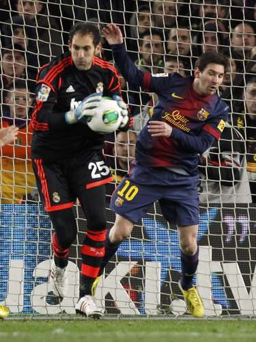 Barcelona's Lionel Messi (R) chases Real Madrid's goalkeeper Diego Lopez during their Spanish King's Cup semifinal.