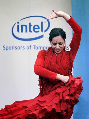 La bailaora de flamenco Katia Moro baila en el stand de la compañía estadounidense Intel durante la segunda jornada de la feria.