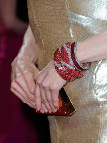 La actriz optó por innovar al usarbrazaleterojo que añadió un poco de contraste a su vestido dorado de Carolina Herrera.