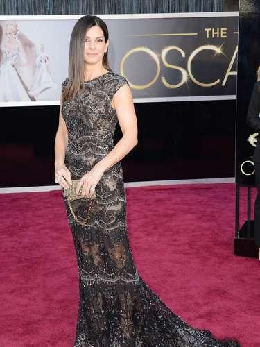 Negro sutilmente combinado. Otra de las estrellas que deslumbró durante la popular entrega de premios fue Sandra Bullock con este exquisito traje largo, de manga corta, que perfila bien su silueta. El diseño combina en un mismo estilo el encaje, la transparencia y el brillo tenue.