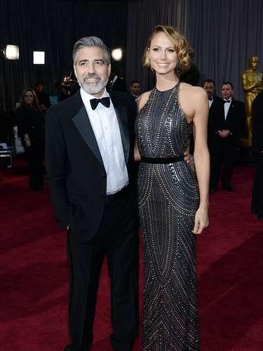 Negro el color de las acompañantes de los más veteranos. Stacy Keibler, la novia George Clooney, se robó el show con este atuendo, al lucir despampanante sobre un traje negro metálico que destacó su figura en los lugares más indicados.