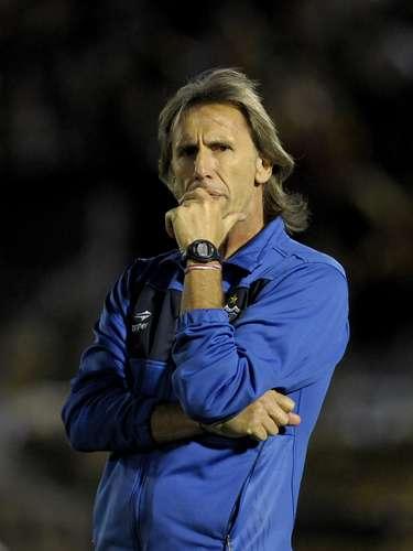 El técnico de Vélez, Ricardo Gareca, estuvo muy nervioso en el partido.