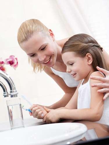 Exceso de cepillado dental: Cepillarse los dientes tres veces al día es lo recomendable para mantener la boa limpia y evitar enfermedades. Sin embargo, hay que tener algunos cuidados a la hora de limpiarlos.