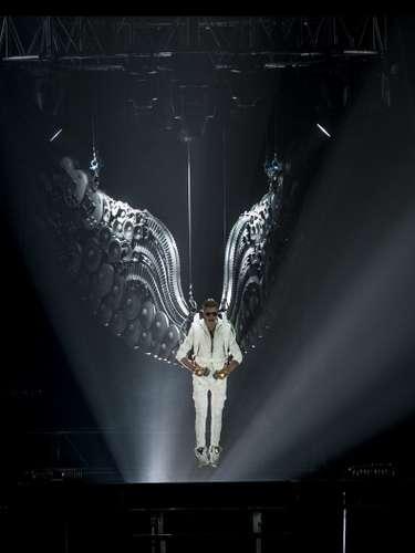 19 - Vuelo por los cielos como un ángel. En el marco de su nueva gira mudial,el músico canadiense impresiona a los fans cantando desde los más alto de la tarima.