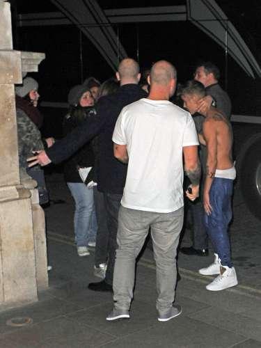 El artista llegó al hotel descamisado y con unos pantalones que dejaban a la vista su ropa interior, una imagen que provocó el revuelo de las fans que se agolpaban esperándolo.