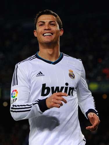 No hay duda de que uno de los más delanteros más guapos es el portugués del Real Madrid, Cristiano Ronaldo, quien tiene la mezcla perfecta de gran talento y un esmerado cuidado personal.