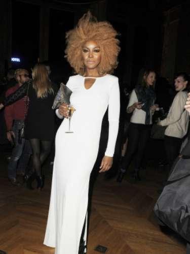 Ebony Bones fue una de las pocas asistentes que decidió acudir de largo. La cantante optó por un vestido en color blanco con apertura lateral.
