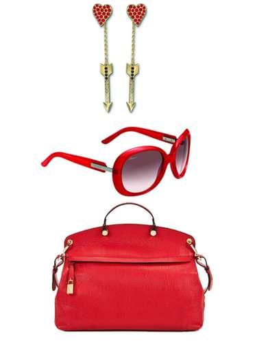Como Penélope, Marisa, Carmen y Verónica. El rojo pasión debería llamarse 'rojo Almodóvar'. El color que siempre está presente en todas sus películas: pendientes con corazones de Swarovski (32 euros), gafas de Gucci (184 euros)y bolso de Furla (189 euros).Disponibles enLa Roca Village o Las Rozas Village.