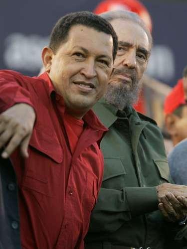 En esta fotografía de archivo del 21 de julio de 2006, se ve al presidente venezolano Hugo Chávez, izquierda, junto al presidente cubano Fidel Castro durante un evento en Córdoba, Argentina. El vicepresidente venezolano Nicolás Maduro anunció el martes 5 de marzo de 2013, que Chávez había muerto a los 58 años. (Foto AP/Roberto Candia, Archivo)