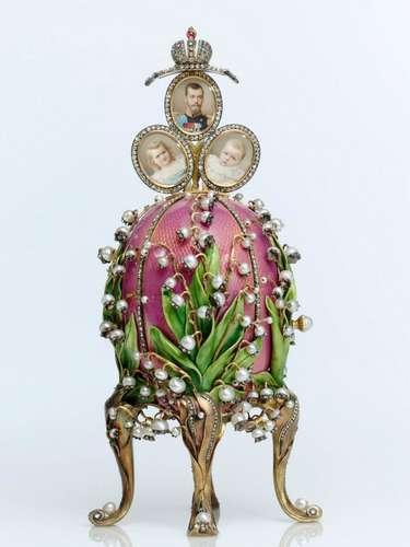 En 1884 la suerte de Faberge cambió. Su ingenio y creatividad se vieron recompensados cuando el zar Alejandro III adquirió en su joyería un huevo de Pascua. La joya representa uno de los tres únicos ejemplares de huevos Fabergé con reloj y cuco conocidos hasta el momento: el \