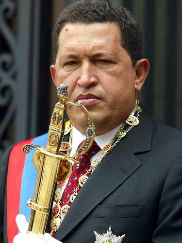 Hugo Chávez tiene la espada del líder bolivariano Simón Bolívar durante una ceremonia para conmemorar su aniversario 219o, celebrada en Caracas en 2002. Bolívar (1783-1830) es considerado uno de los generales más grandes de América del Sur.