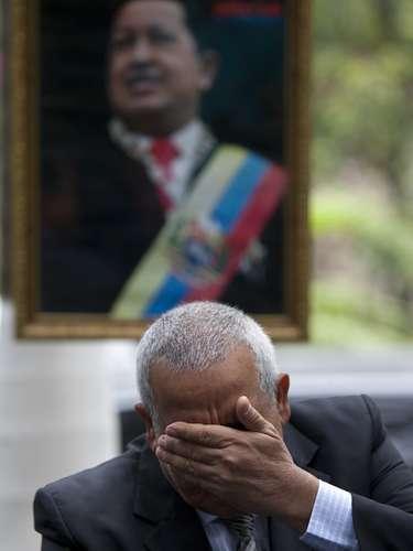 El embajador de Venezuela en Haití Pedro Antonio Canino González llora al hablar de Hugo Chávez en una conferencia de prensa en Petion-Ville, Haití, el 6 de marzo del 2013. (AP Photo/Dieu Nalio Chery)