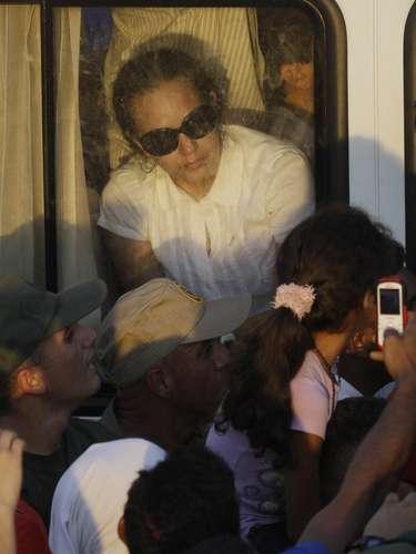 Rosa Virginia Chávez, hija del presidente venezolano Hugo Chávez, llega en autobús a la academia militar donde se monta una guardia de honor como parte de los funerales del mandatario, el miércoles 6 de marzo de 2013, en Caracas (AP Foto/Fernando Llano)