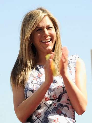 El cabellode Jennifer Aniston siempre se ha destacado por su color y brillo desde que interpretó a Rachel en la serie Friends . Hace un año Aniston se convirtió en la imagen y co propietaria de la línea del cuidado para el cabello llamada Living Prof., creada por expertos para brindar al cabello lo necesario para que luzca bello y sano.