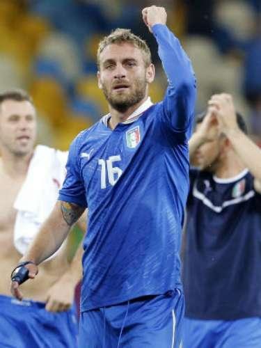 Otro futbolista clave para Italia será el volante Daniele de Rossi. Tiene buena dinámica y además cuenta con sacrificio para ayudar a la retaguardia. Todos los ataques de la escuadra europea pasarán por los botines de este mediocampista.