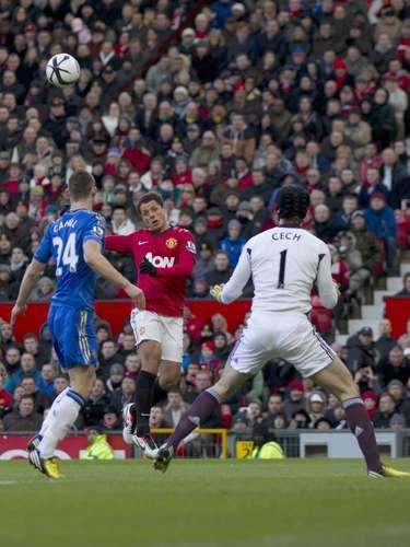 Javier Hernández anotó de cabeza al bombear a la salida de Peter Cech