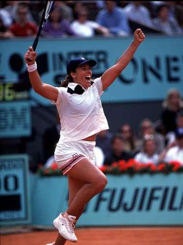 En 2001, la estadounidense conquistó también Roland Garros. Después de defender el título del Abierto de Australia en 2002, Capriati vivió la fase más regular de la carrera y frecuentó el top 10 hasta 2004, cuando lesiones en la espalda y en la pierna entorpecieron su temporada.