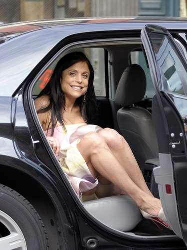 Bethenny Frankel por más glamour y estilo que dice tener, esta vez al bajarse del auto se le vio toda....