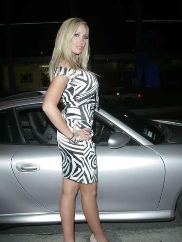 ¿Quién diría que una modelo de Playboy necesitaría una faja para estilizar su cuerpo? Pues eso pasó con Jenna Bentley que usa spanx para verse más voluptuosa de unas partes de su anatomía