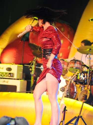 Katy Perry brinca y corre por el escenario...
