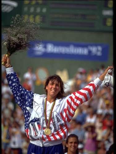 En 1993, Capriati era una gran promesa que había sido campeona olímpica a los 16 años de edad en Barcelona 1992 y había decidido hacer una pausa en su carrera, diciéndose cansada del deporte. Ella encabezó las portadas de los diarios, acusada de robar una serie de anillos de 15 dólares de una joyería en un centro comercial en Florida y de llevar por lo menos uno sin pagar. La joven alegó que eso ocurrió de forma no intencional.